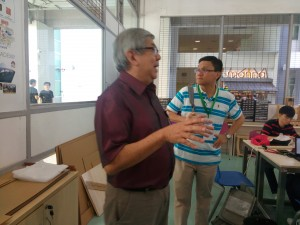 Gambar 18: Mr Rodney menyambut kedatangan peserta SGSTEM dan menjelaskan semua hal yang terkait Fablab